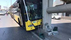 İstanbul'da İETT otobüsü kaza yaptı!