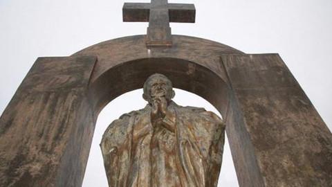 Papa heykelinin haçı, 'laikliğe zarar' iddiasıyla kaldırılıyor