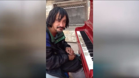 30 senedir sokaklarda yaşayan evsiz adamdan unutulmaz resital