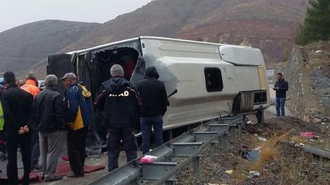 Yolcu otobüsü devrildi: 1 ölü 30 yaralı