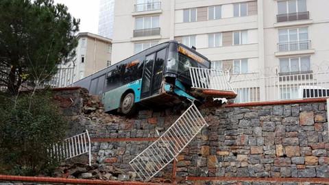 Halk otobüsü okul duvarını yıktı