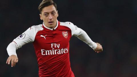 Mesut Özil Arsenal'de kalıyor