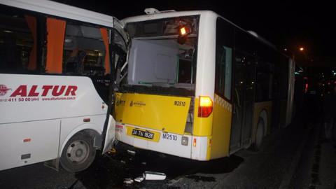 Havalimanı personelini taşıyan servis kaza yaptı