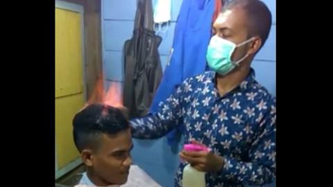 Ateşle Saç Tıraşı Yapan Endonezyalı Kuaför Arol