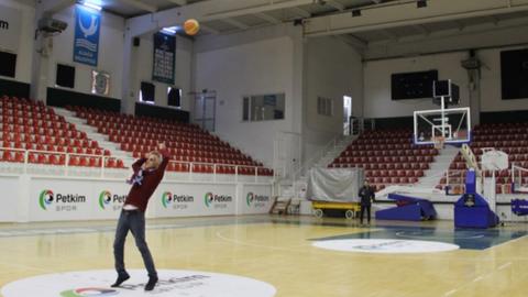 Son dakika İzmir haberleri... İzmir Aliağa'daki temizlik görevlisinin basketbol yeteneği gündem oldu