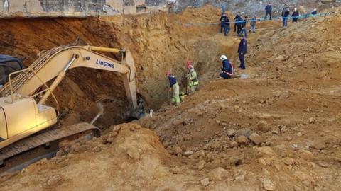 Sultangazi'de toprak kayması