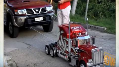 Üstündeki adamı ve bağlı olduğu arabayı çeken uzaktan kumandalı TIR