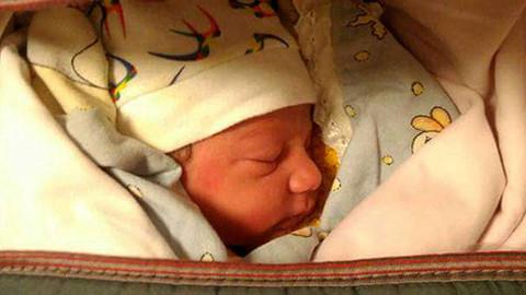 Elazığ'da yeni doğmuş bebeği otomobilin üzerine bıraktılar