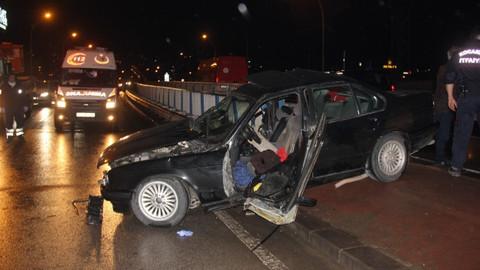 Son dakika! Otomobil refüje çarptı: 1 ölü, 1 yaralı