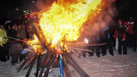 Kayak hocaları 40 bin liralık kayak takımı yaktı