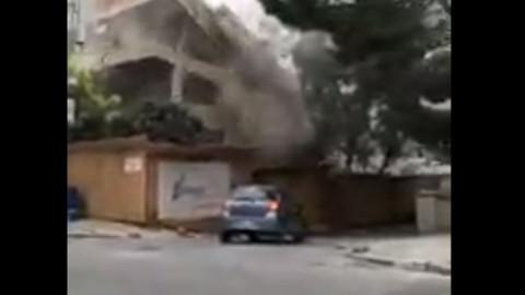 Seyir halindeki araba yıkılan binanın altında kalmaktan son anda kurtuldu