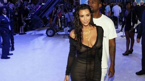 Kim Kardashian bu kez abarttı