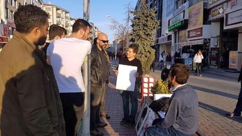 """Sivil polis gençleri uyardı """"Bizde Atatürk portresi yere koyulmaz"""""""