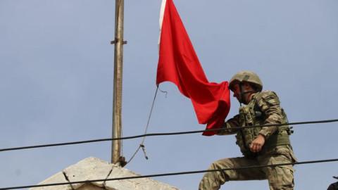 Afrin şehir merkezine Türk bayrağı dikildi