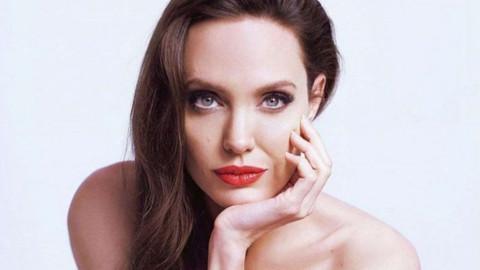Reklam çekiminde Angelina Jolie'nin dövmeleri ön plana çıktı