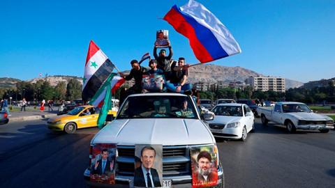 Suriye halkı Rusya ve İran bayrakları ile sokağa çıktı