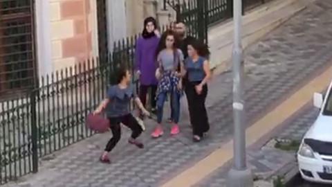 Kızlar sokak ortasında kavga etti