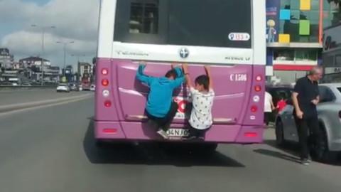 Otobüsün arkasına asılan çocuklar görüntülendi