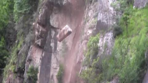 Kopmak üzere olan kayaları yola indirdiler