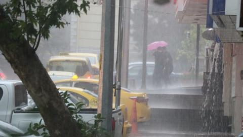 Kahramanmaraş'ta sağanak yağış sele döndü