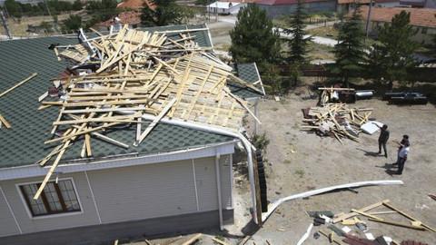 Ankara'da fırtına ve hortum evlerin çatısını uçurdu