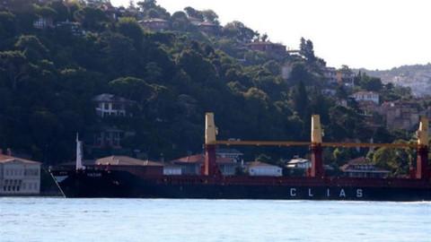 Boğaz'da yalılara doğru sürüklenen gemi son anda durdu