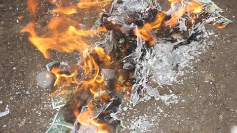 Adanalılar iPhone'u boykot etti, dolar yaktı