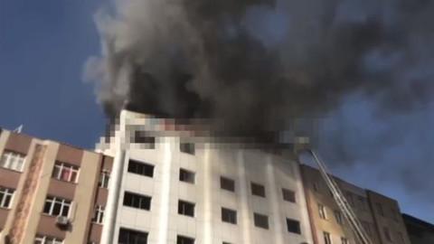 İstanbul, Sultanbeyli'de özel bir hastanenin çatısında yangın çıktı