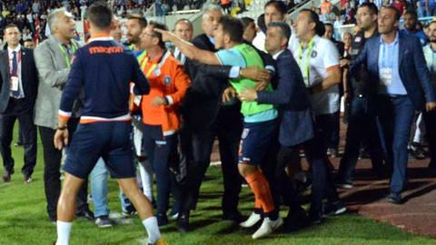 Emre Belözoğlu kendisine küfür eden taraftarlarla tartıştı