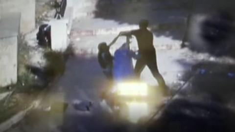 Dilenci kızın kadını kapkaççıdan kurtarma anı kameralara böyle yansıdı