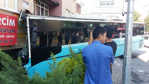 İstanbul'da bir otobüs binaya girdi