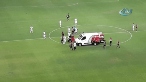 Sahada bozulan ambulansı futbolcular itti