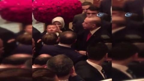 Erdoğan, kaldığı otelde minik misafiri tarafından karşılandı