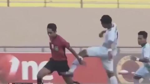 Futbolcular penaltı veren hakemi dövdü