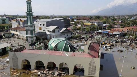 Endonezya'da meydana gelen deprem ve tsunamide ölü sayısı bin 203'e yükseldi