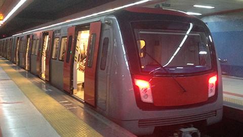 Ankara'da gençler metroya otostop çekerek bindi