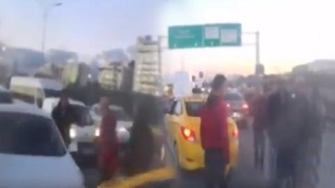 Taksici trafikteki kavgada bıçak çekti