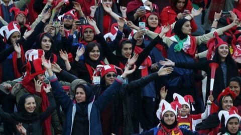 İran'da bir ilk... Kadın taraftarlar maça girdi!