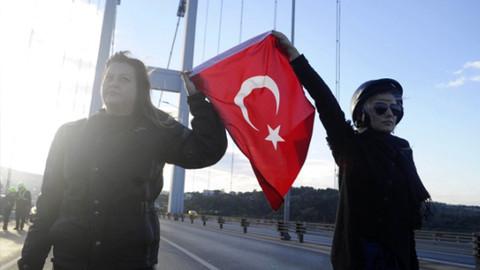 Köprüde Atatürk'e saygı duruşu