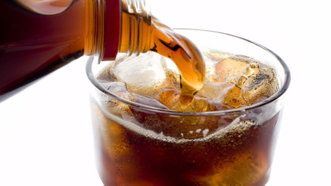 Günde 5 litre kola içince vücuda ne olur? Asitli içeceklerin vücuda etkileri