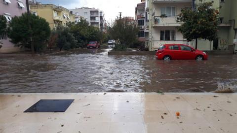 Sağanak yağış nedeniyle İzmir'de sokaklar sele döndü