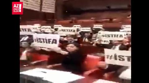 'İstifa' yazılı afişlerle protesto ettiler