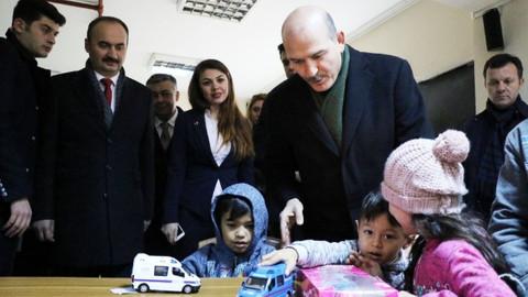 Süleyman Soylu sığınmacı çocuklara oyuncak hediye etti