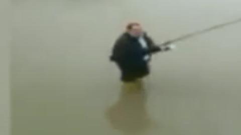 Sağanak yağış sonrası birikinti içinde balık tutmaya çalıştı
