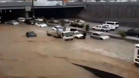 Şiddetli yağış Suudi Arabistan'ı böyle vurdu