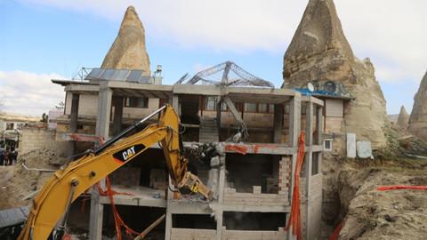 Peri Bacaları'nın yanındaki inşaatın yıkımına başlandı