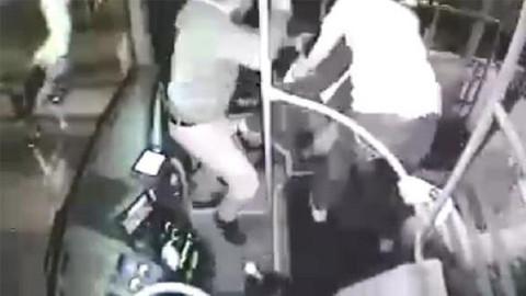 Otobüsteki tacizciyi böyle dövdüler!