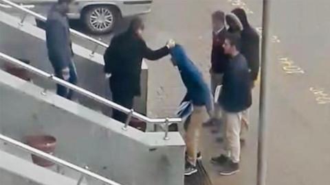 Derse geç kalan öğrencileri dövdü