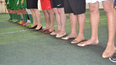 Topuklu ayakkabıyla halı sahada maç yaptılar