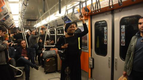 Dünyaca ünlü şarkıcı Miles, İstanbul'da metroya bindi